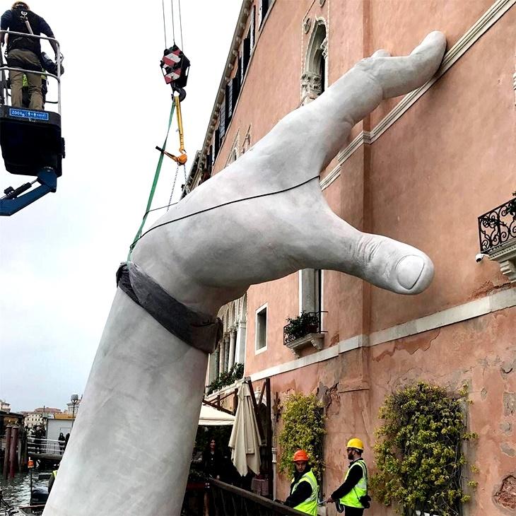 Lorenzo Quinn na Bienal de Veneza